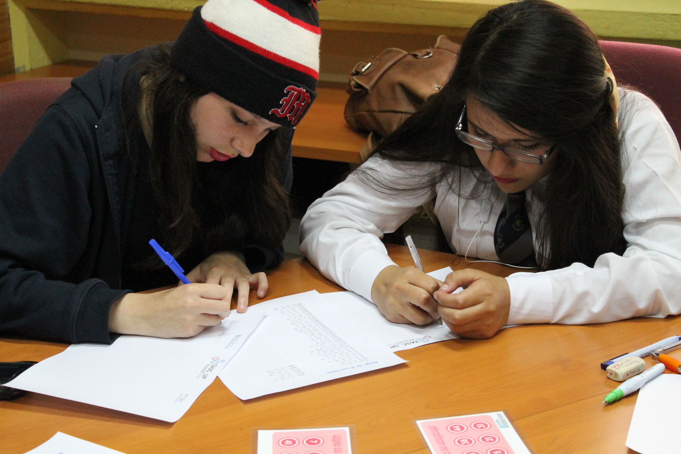 Alumnos resolviendo ecuaciones